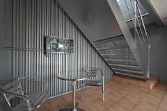玄関の様子。休憩スペースが設けられています。(2016-09-28,周辺環境,ENTRANCE,1F)