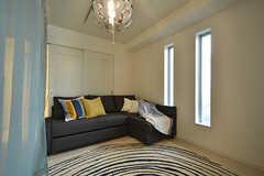 専有部の様子6。カーテンを設置すると囲まれたスペースになります。モデルルームです。(201号室)(2016-09-28,専有部,ROOM,2F)