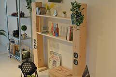 スピーカー兼収納棚はオーナーさんの自作。DIYを楽しめる方歓迎とのことです。モデルルームです。(302号室)(2016-09-28,専有部,ROOM,3F)