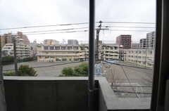 窓から見た外の景色。建物のとなりは学校です。(401号室)(2016-02-23,専有部,ROOM,4F)