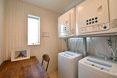 ダイニングテーブルの脇はランドリースペースです。洗濯機と乾燥機が2台ずつ設置されています。(2018-07-18,共用部,LAUNDRY,2F)