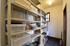 キッチンの脇には収納棚が設置されています。収納棚には共用の鍋やフライパンが置かれています。(2017-09-26,共用部,KITCHEN,1F)