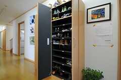 靴箱の様子。各部屋ごとに収納場所が決まっています。(2013-07-18,周辺環境,ENTRANCE,1F)