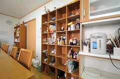食料品を置いておく棚の様子。各部屋ごとに場所が決まっています。(2013-07-18,共用部,LIVINGROOM,1F)