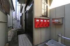 シェアハウスの正面玄関。真っ赤なポストが目を引きます。(2013-12-24,周辺環境,ENTRANCE,1F)