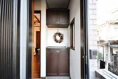 玄関まわりの様子。玄関脇のドアをあけるとリビングです。(2009-12-23,周辺環境,ENTRANCE,2F)