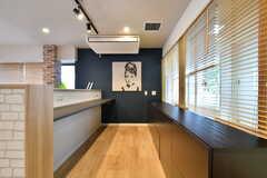 カウンターテーブルの内側は、作業スペースとして使用できます。コンセント付きで、仕事場としても使えそう。(2019-03-03,共用部,LIVINGROOM,1F)