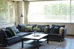 大きなソファは6人ほど腰掛けられます。(2021-06-10,共用部,LIVINGROOM,1F)
