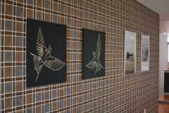 壁には絵が飾られています。(2021-06-10,共用部,LIVINGROOM,1F)