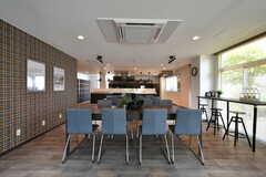 リビングの様子8。奥にキッチンが併設されています。(2021-06-10,共用部,LIVINGROOM,1F)