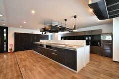 キッチンはリビングから1段上がっています。(2021-06-10,共用部,KITCHEN,1F)