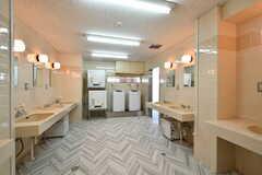 洗面スペースの様子。フロアが上がるにつれて、水まわりスペースはコンパクトになります。3階の水まわり設備は男性用です。(2021-06-10,共用部,WASHSTAND,3F)