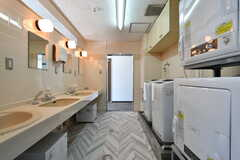 洗面台と洗濯機・乾燥機の様子。(2021-06-10,共用部,LAUNDRY,4F)