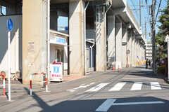 駅からシェアハウスへ向かう道の様子。徒歩1分ほどの場所にコンビニがあります。(2021-06-10,共用部,ENVIRONMENT,1F)
