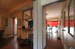 玄関側から見て、右手がダイニング・キッチン、左手がリビングです。(2014-04-01,共用部,LIVINGROOM,1F)