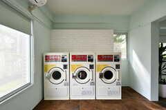 ランドリールームの様子3。洗濯機と乾燥機が3台ずつ設置されています。(2017-04-27,共用部,LAUNDRY,1F)