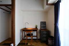 各室にデスクとチェアが設置されています。モデルルームです。(201号室)(2017-04-27,専有部,ROOM,2F)