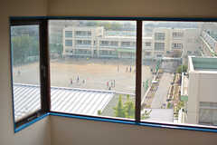階段の踊り場からは隣の小学校が見えます。(2017-04-27,共用部,OTHER,6F)