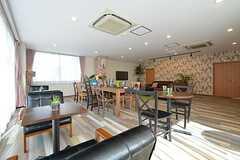 窓側はひとり掛けのソファが置かれ、カフェ風のスペースになっています。(2016-03-22,共用部,LIVINGROOM,1F)