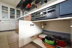 コンロの下には共用の鍋やフライパンが収納されています。(2016-03-22,共用部,KITCHEN,1F)