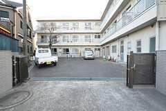 裏口には駐車場があります。(2016-03-22,共用部,GARAGE,1F)