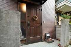 シェアハウスの正面玄関。(2011-06-01,周辺環境,ENTRANCE,1F)
