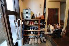 玄関を入ると左右に靴箱があります。(2011-06-01,周辺環境,ENTRANCE,1F)