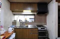 シェアハウスのキッチンの様子。右手の白い壁の隣りには電子レンジがあります。(2011-06-01,共用部,KITCHEN,1F)