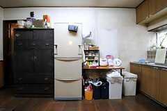 冷蔵庫やゴミ箱が並んでいます。(2011-06-01,共用部,KITCHEN,1F)