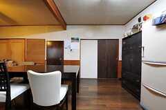 正面右の引き戸の奥がバスルームと洗濯機、その左隣の茶色いドアの奥が洗面台とトイレです。(2011-06-01,共用部,LIVINGROOM,1F)
