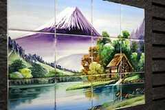 浴室に貼られたタイルの絵。紫の富士山が渋いです。(2011-06-01,共用部,BATH,1F)