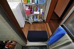 浴室から観た脱衣室の様子。脱衣室には洗面道具などを置けるラックがあります。(2011-06-01,共用部,BATH,1F)