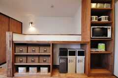 ゴミ箱の左隣にはストッカーが設置されています。(2010-04-26,共用部,LIVINGROOM,3F)