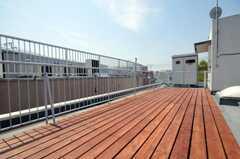 屋上にはウッドデッキが敷かれています。(2010-04-26,共用部,OTHER,4F)