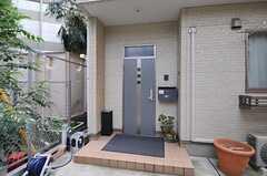 シェアハウスの玄関ドアの様子。(2013-07-18,周辺環境,ENTRANCE,1F)