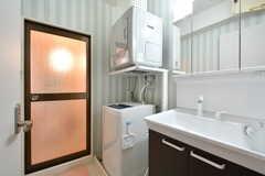 脱衣室の様子。洗面台と洗濯機、乾燥機が設置されています。(2017-09-28,共用部,BATH,4F)