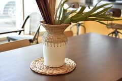 テーブルにはサイズの異なる花瓶や植物が飾られています。(2019-06-26,共用部,LIVINGROOM,1F)