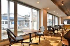 窓辺はカフェスペースです。(2019-06-26,共用部,LIVINGROOM,1F)