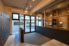 内部から見た玄関まわりの様子。傘入れも設置されています。(2018-11-14,周辺環境,ENTRANCE,1F)