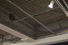 天井は金属の網が張られています。(2018-11-14,共用部,LIVINGROOM,1F)