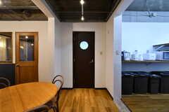 丸い窓のあるドアの先はシアタールームです。(2018-11-14,共用部,OTHER,1F)
