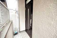 シェアハウスの正面玄関ドア。(2010-02-01,周辺環境,ENTRANCE,1F)