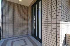 玄関は数段階段を上がったところにあります。(2013-11-21,周辺環境,ENTRANCE,1F)