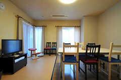リビングの様子3。掃出窓からは外に出られます。(2013-11-21,共用部,LIVINGROOM,1F)