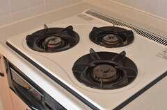 ガスコンロは3口です。しっかりと調理が可能。(202号室)(2013-11-21,専有部,ROOM,2F)
