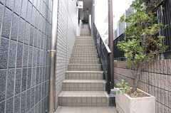 シェアハウスへは外階段を上ります。(2012-04-13,共用部,OUTLOOK,1F)