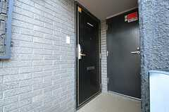 左がシェアハウスの玄関ドアです。(2012-04-13,周辺環境,ENTRANCE,3F)