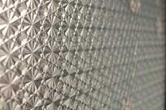 窓には目隠し用のモザイクシートが張られています。(301号室)(2012-04-13,専有部,ROOM,3F)