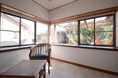窓は2面採光で、日当たりも抜群。(101号室)(2014-09-03,専有部,ROOM,1F)