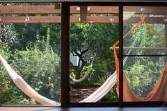 窓からはテラスを眺めることができます。(101号室)(2014-09-03,専有部,ROOM,1F)